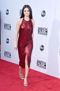 selena-gomez-ama-fashion-red-carpet-2015-front-h724